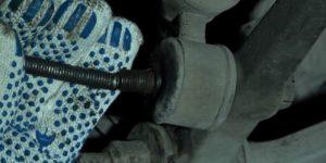 ВАЗ 2109 2114 выбить болт стойки стабилизатора